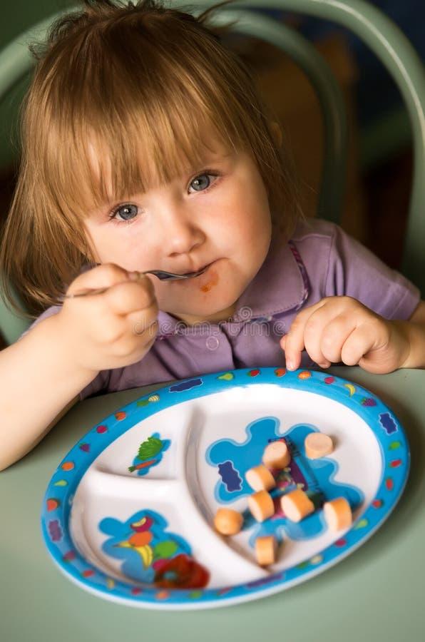 Jeune fille mangeant de la nourriture images libres de droits