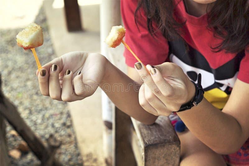 Jeune fille mangeant du pain et du beurre photos libres de droits