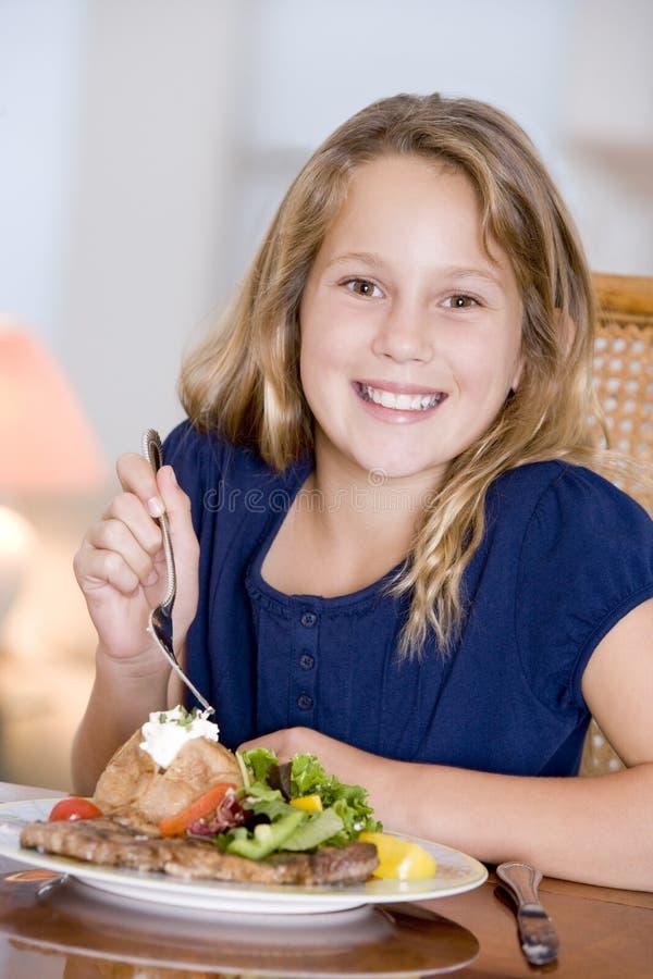 Jeune fille mangeant le repas, mealtime photos stock