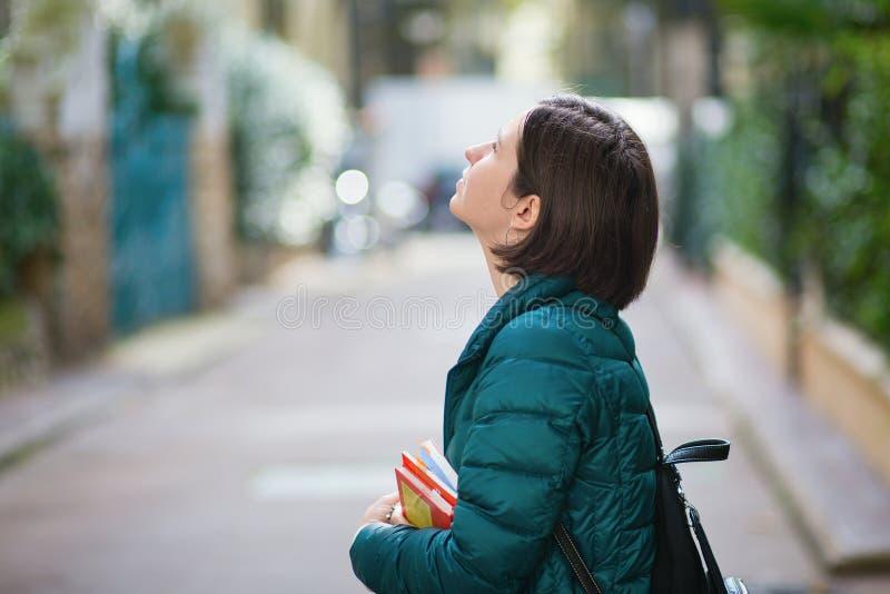 Jeune fille marchant à Paris photographie stock libre de droits