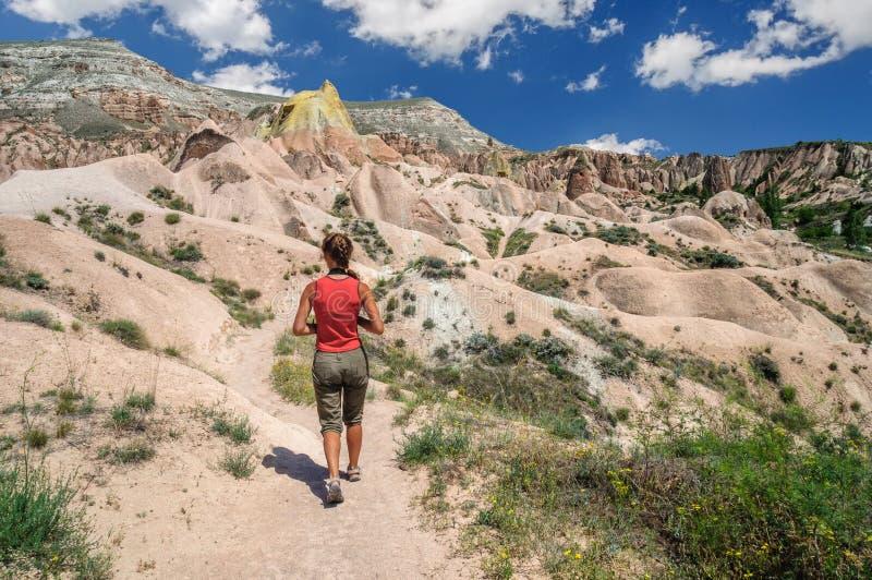 Jeune fille marchant en vallée rouge de Cappadocia images stock