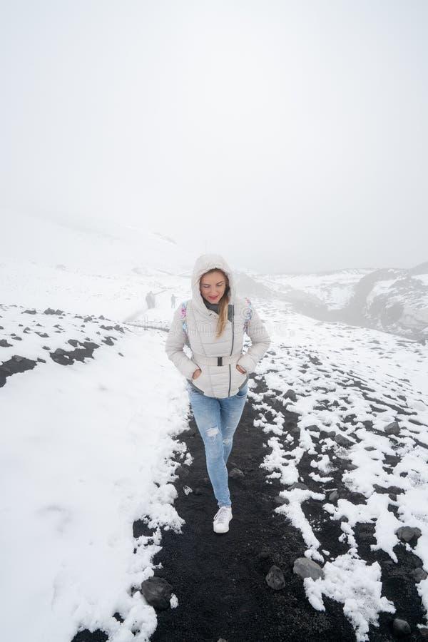 Jeune fille marchant et augmentant le volcan de l'Etna photographie stock libre de droits