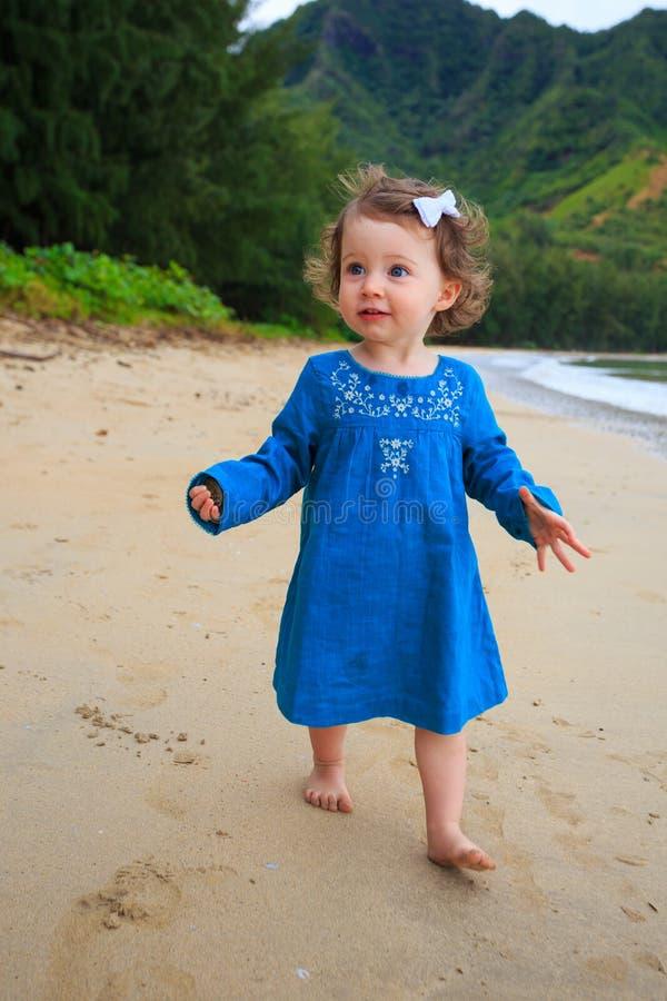 Jeune fille marchant sur la plage d'Hawaï photo libre de droits
