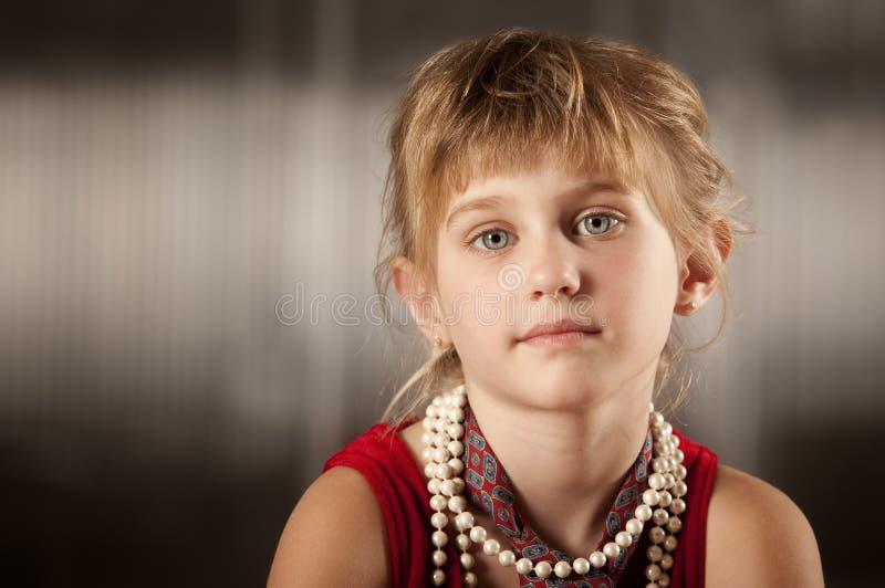 Jeune fille mignonne avec de grands yeux image stock