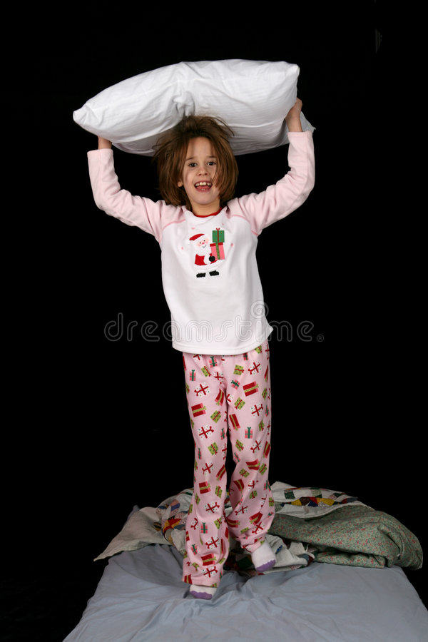Jeune fille mignonne avec l'oreiller sur sa tête images stock