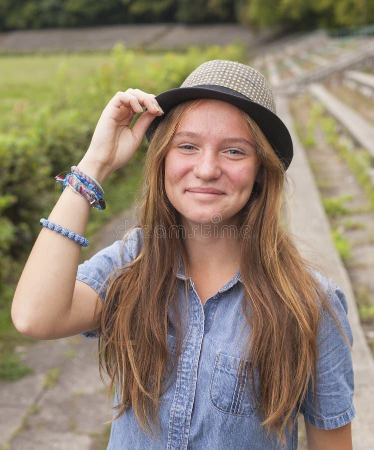 Jeune fille mignonne avec un chapeau posant en parc promenade photographie stock libre de droits