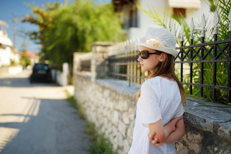 Jeune fille mignonne ayant l'extérieur d'amusement le jour chaud et ensoleillé d'été pendant des vacances de famille en Grèce images libres de droits