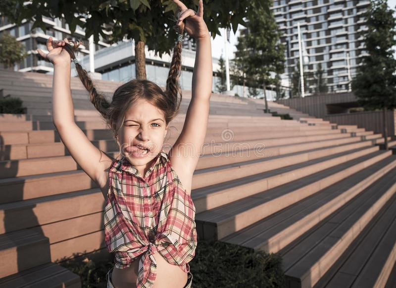Jeune fille mignonne et drôle de visage images libres de droits
