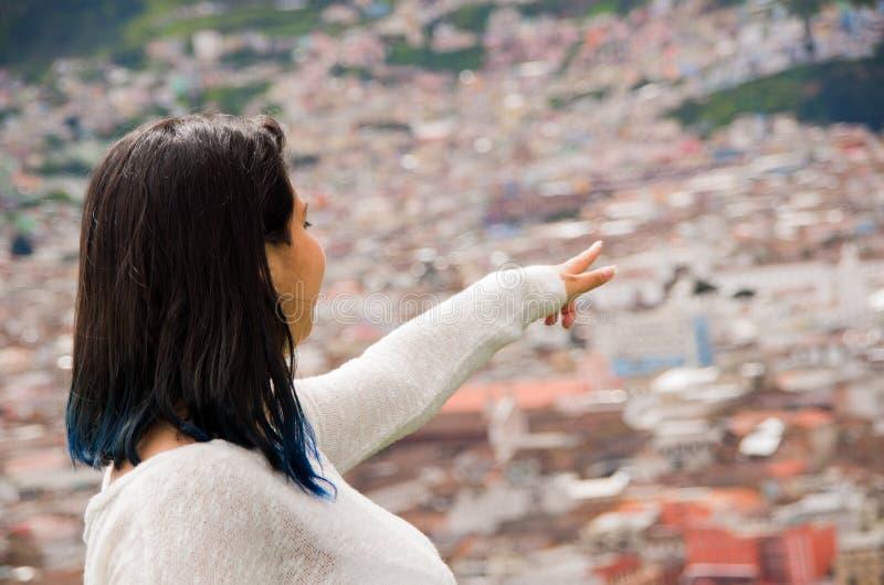 Jeune fille mignonne observant une belle ville urbaine photo stock