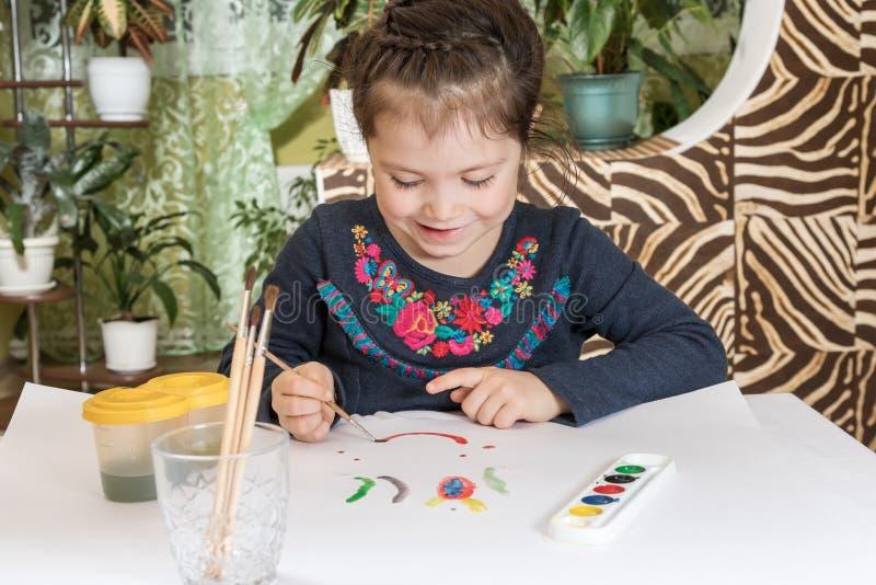 Jeune fille mignonne peignant un tableau photos libres de droits