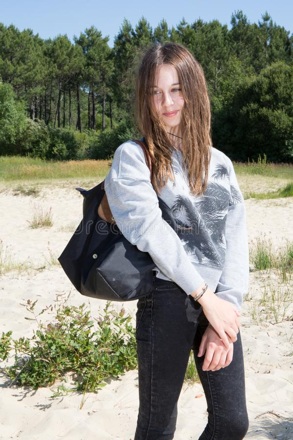 Jeune fille mince convenable d'adolescent avec le sac noir image libre de droits