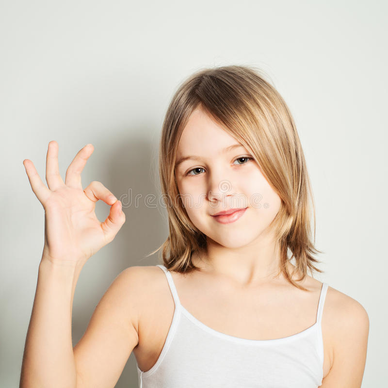 Jeune fille montrant l'ok de geste de main photographie stock libre de droits