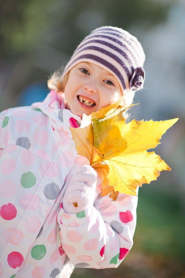 Jeune fille montrant les dents absentes - ressort jour ensoleillé photo libre de droits