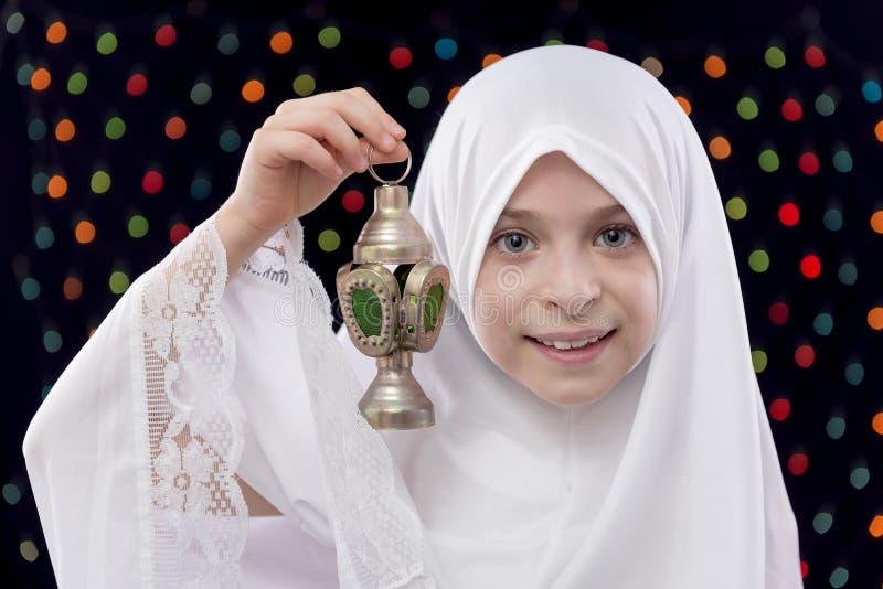 Jeune fille musulmane dans Hejab blanc tenant Ramadan Lantern photo libre de droits