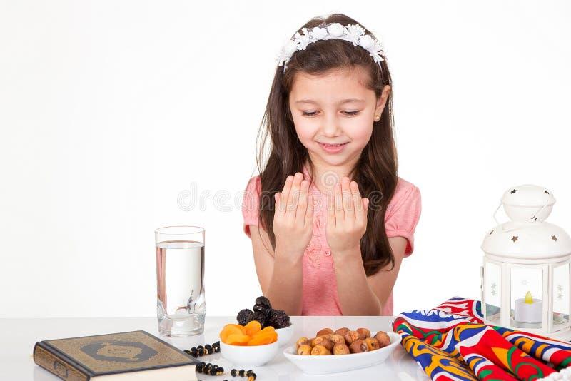 Jeune fille musulmane dans Ramadan photo libre de droits