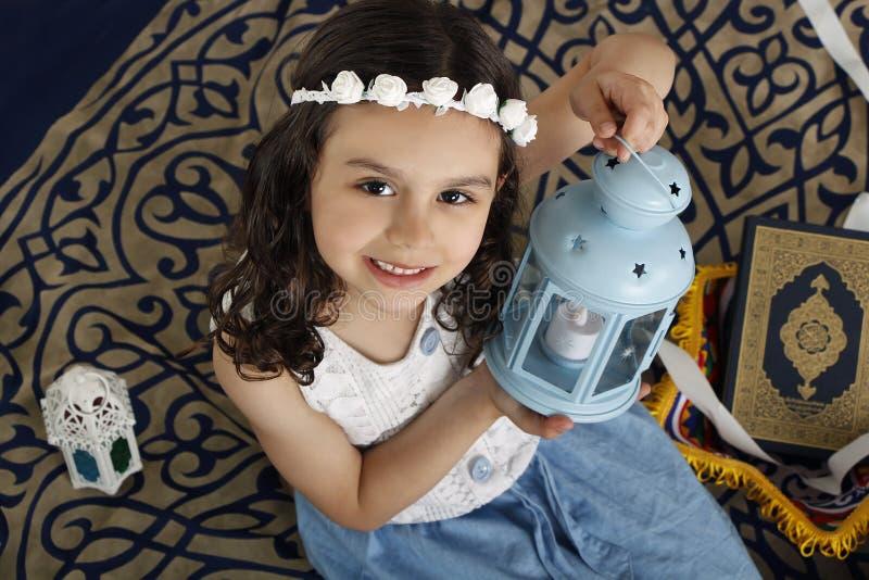 Jeune fille musulmane heureuse dans Ramadan photos stock
