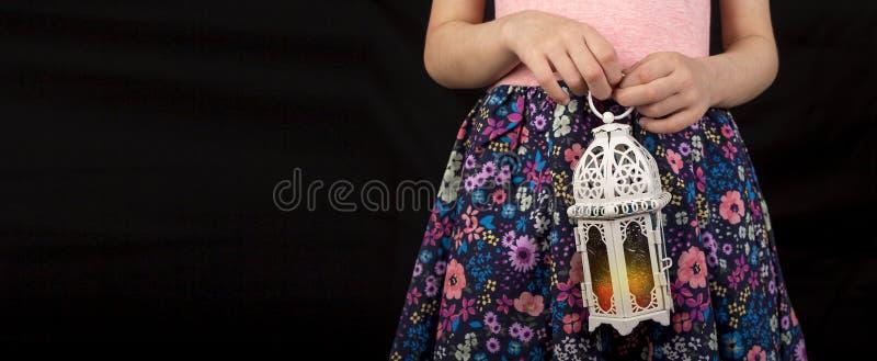 Jeune fille musulmane heureuse tenant la lanterne de Ramadan photos libres de droits