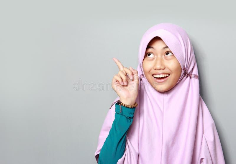 Jeune fille musulmane se dirigeant  photo libre de droits