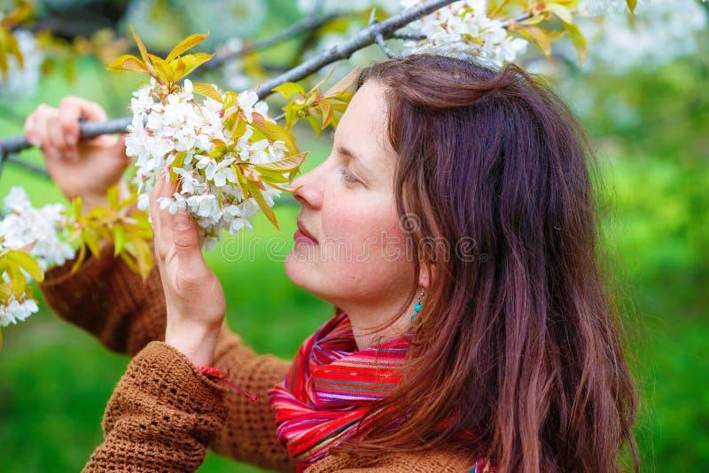 Jeune fille naturelle avec le paysage de fleurs de cerisier au printemps image stock