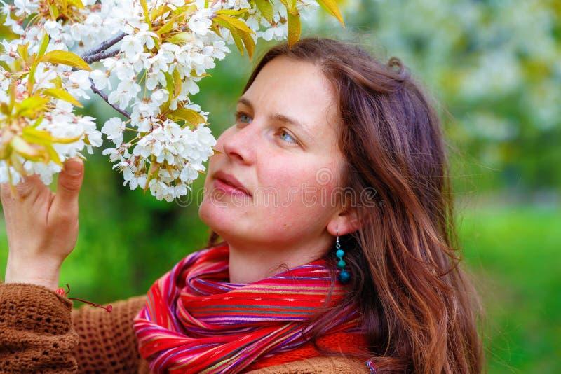 Jeune fille naturelle avec le paysage de fleurs de cerisier au printemps photographie stock libre de droits
