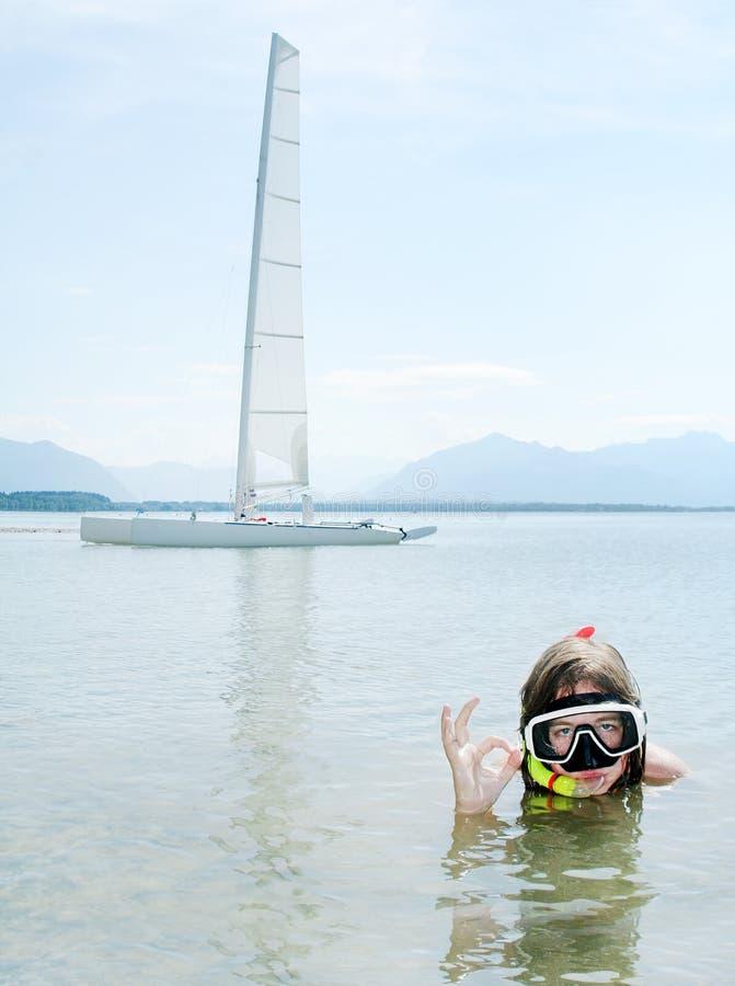 Jeune fille naviguant au schnorchel. photographie stock