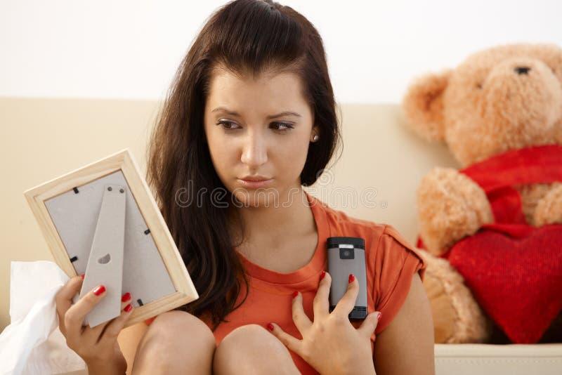 Jeune fille navrée à la maison photos stock