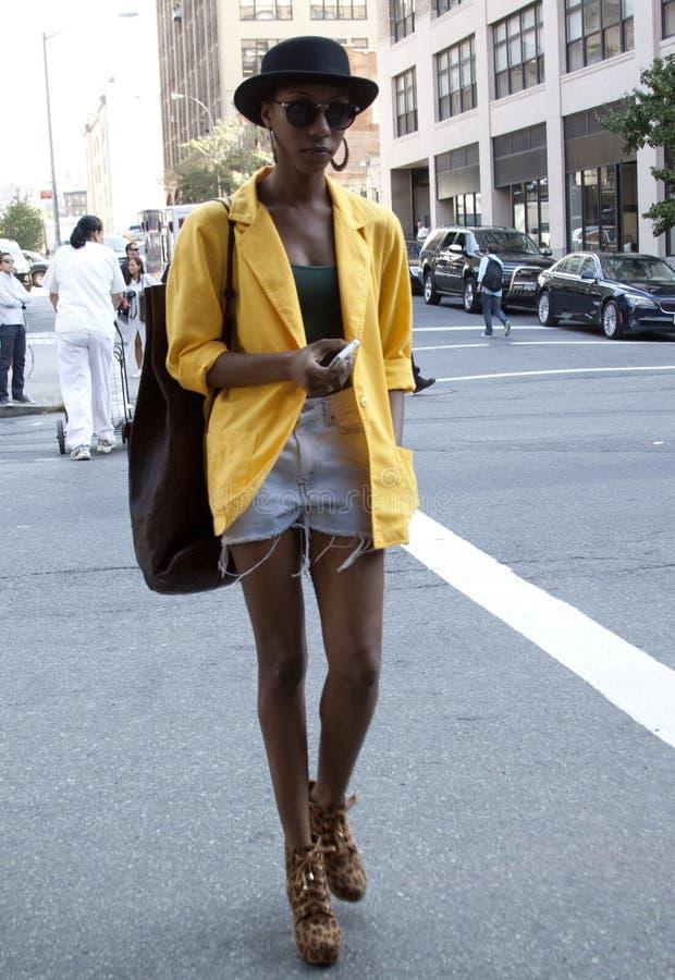 Jeune fille noire marchant à New York photographie stock
