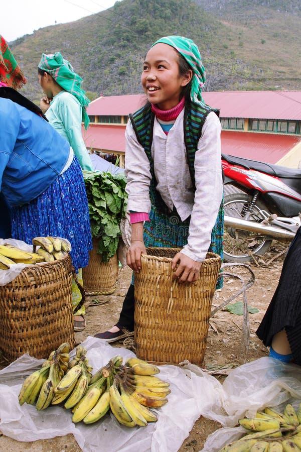Jeune fille non identifiée vendant des bananes sur le marché de Lung Phin images stock