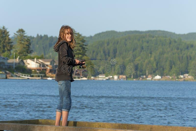 Jeune fille pêchant du dock photo libre de droits
