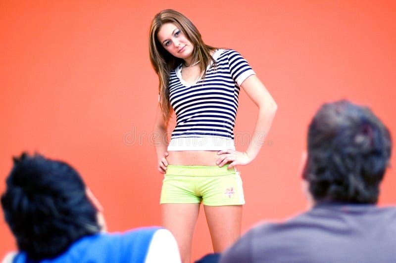 Jeune fille parlant avec des types image libre de droits