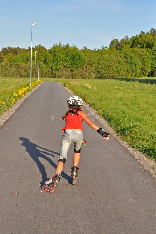 Jeune fille patinant loin photographie stock