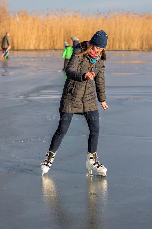 Jeune fille patinant sur le Lac Balaton en Hongrie photographie stock libre de droits