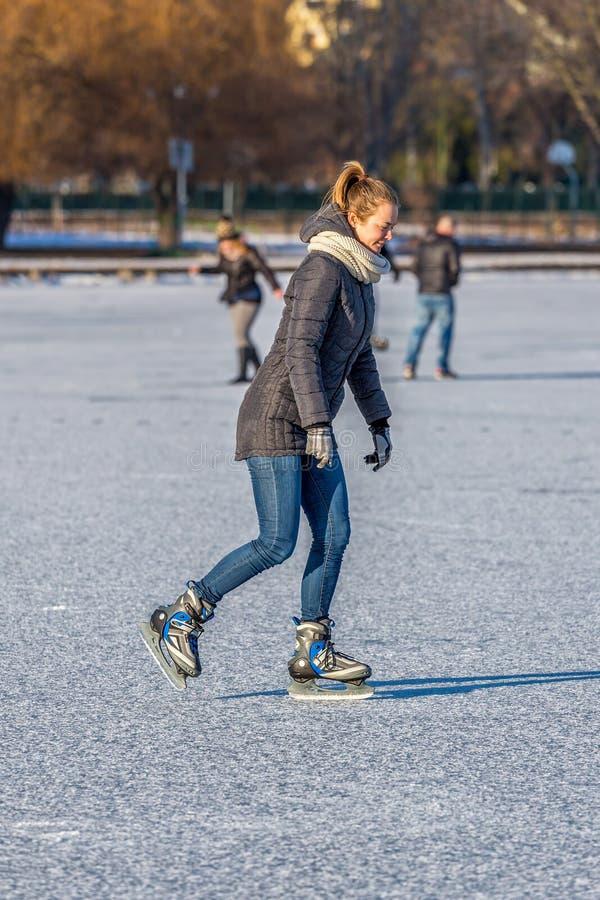 Jeune fille patinant sur le Lac Balaton en Hongrie photos libres de droits