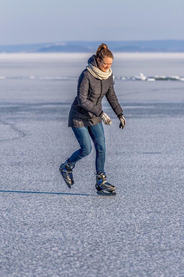 Jeune fille patinant sur le Lac Balaton en Hongrie photo libre de droits