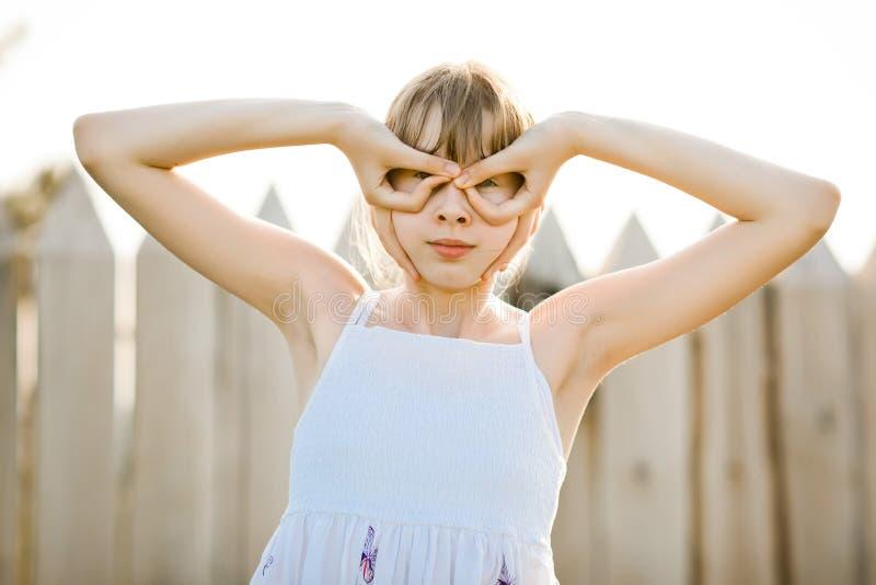 Jeune fille pilote dans la robe blanche feignant le vol - faux verres images libres de droits