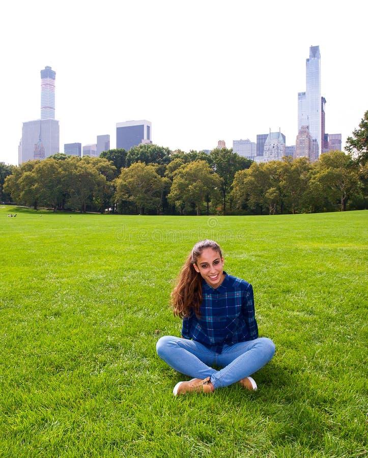 Jeune fille posant au pré de moutons dans le Central Park, NY, New York image stock