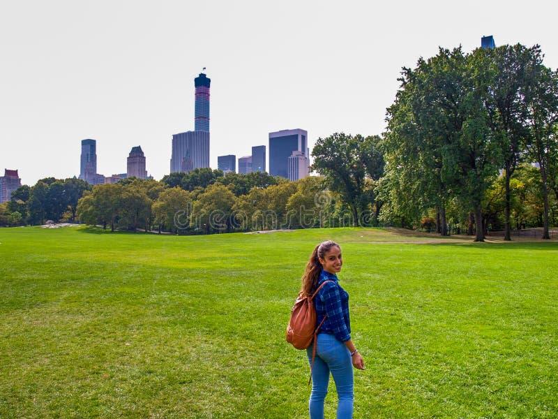 Jeune fille posant au pré de moutons dans le Central Park, NY, New York images stock