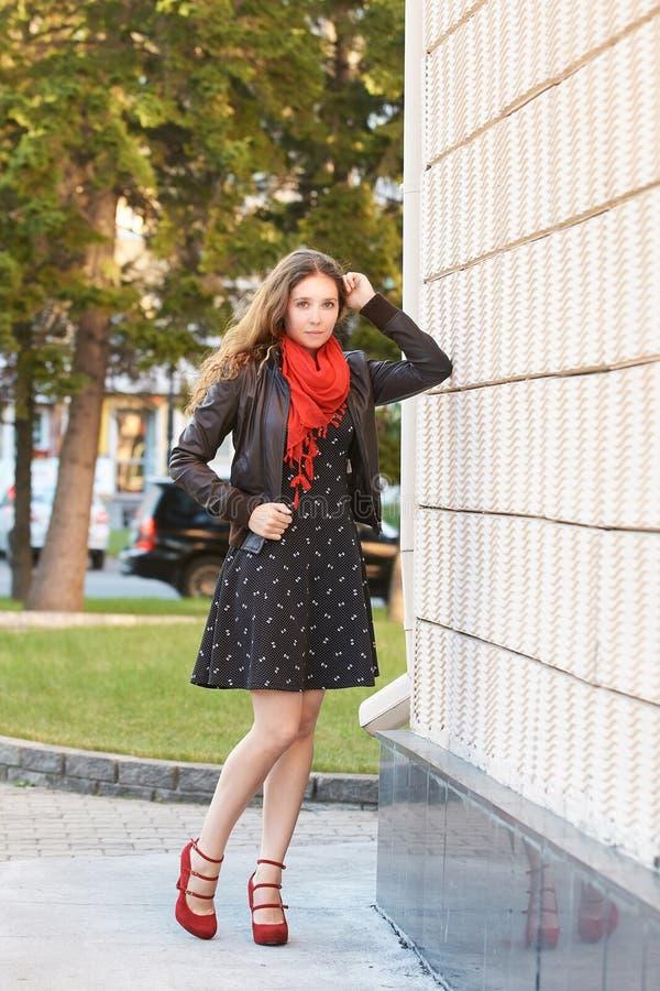 Jeune fille posant près du mur Jeunes adultes photo libre de droits