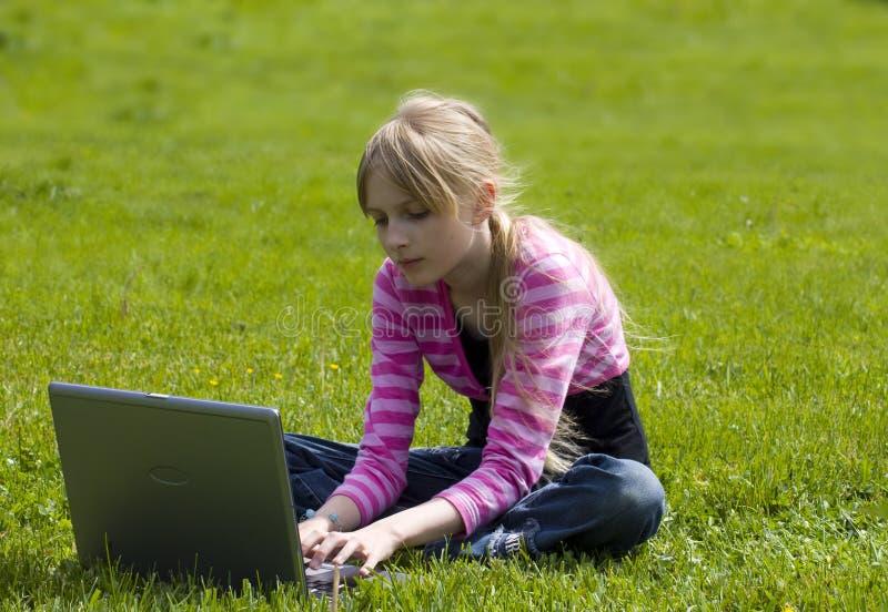 Jeune fille pour utiliser le cahier photographie stock libre de droits