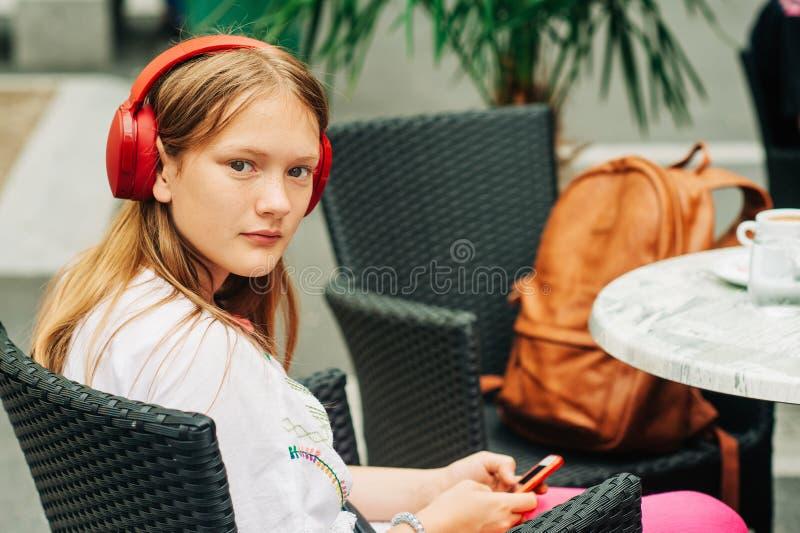 Jeune fille préadolescente au café images libres de droits