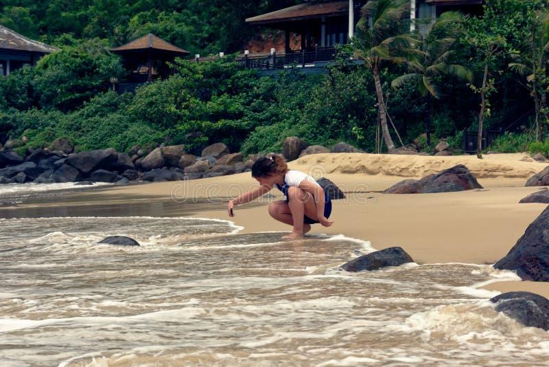 Jeune fille prenant des photos sur la plage photographie stock