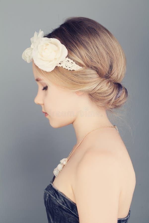 Jeune fille profil Cheveux blonds avec les cheveux chics de Bohème de Boho images stock