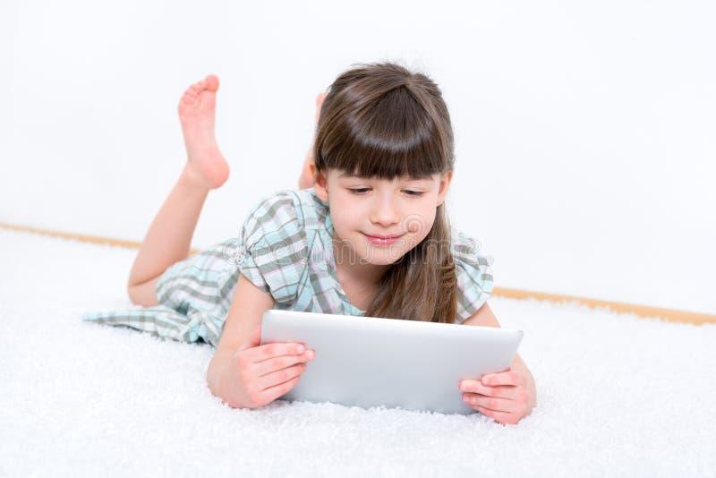 Enfant avec l'ordinateur de comprimé d'ipad de pomme image libre de droits
