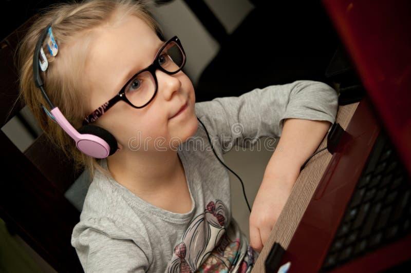 Jeune fille regardant l'écran d'ordinateur portable photo stock