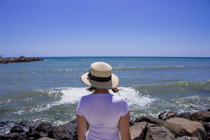 Jeune fille regardant la mer photo libre de droits