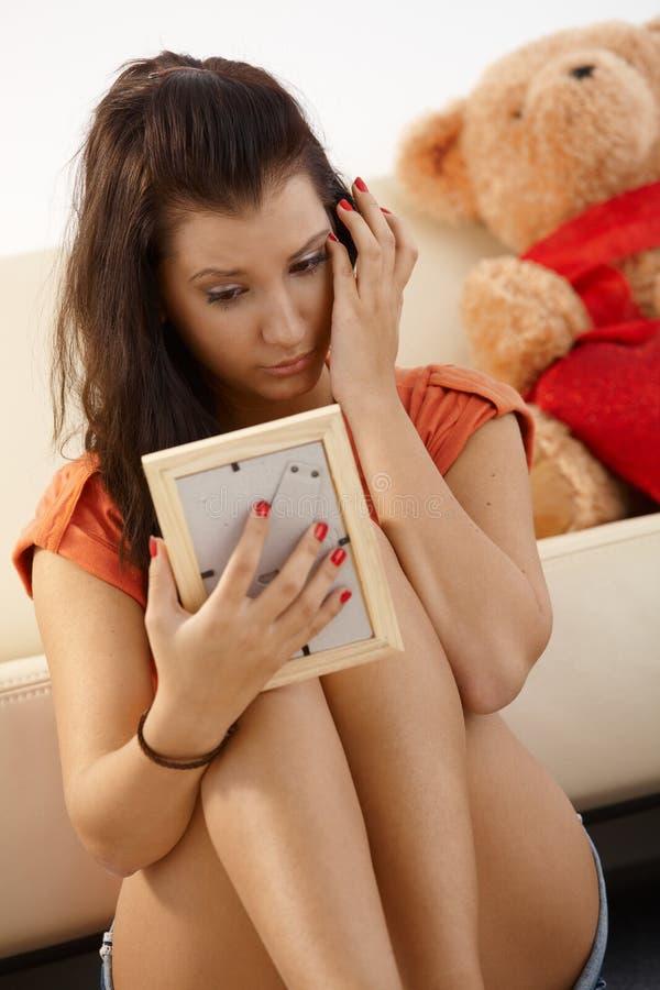 Jeune fille regardant pleurer de photo photo stock