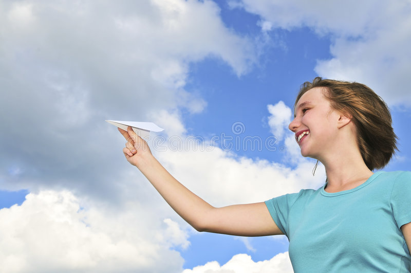 Jeune fille retenant l'avion de papier photos libres de droits