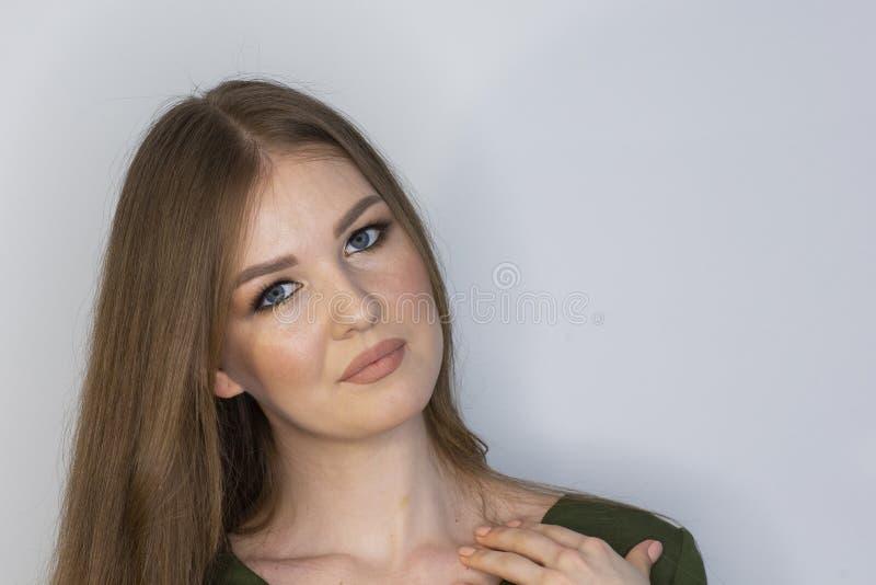 Jeune fille rousse attirante souriant regardant l'appareil-photo profondeur de zone limit?e images libres de droits