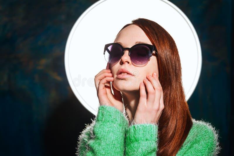 Jeune fille rousse dans des lunettes de soleil photos stock