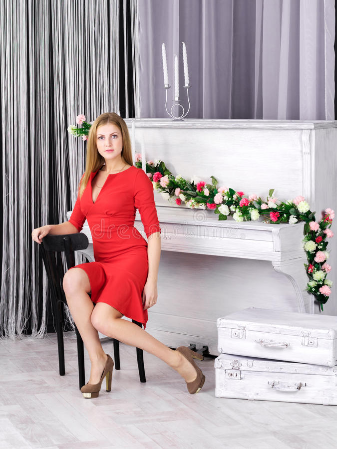 Jeune fille s'asseyant au piano images stock